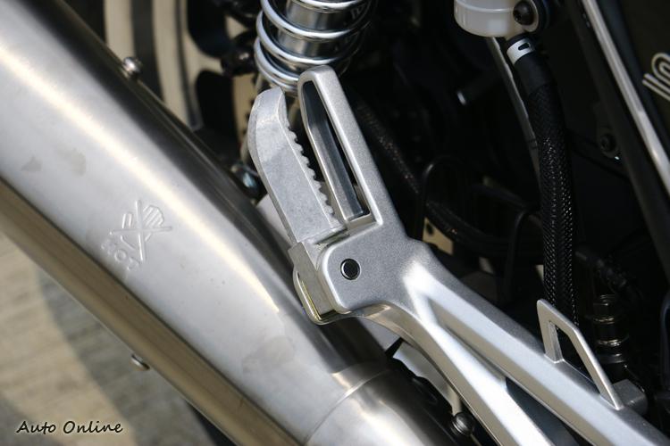 後座乘客腳踏和街跑車一樣的鋁合金材質,但似乎不太符合復古的味道。