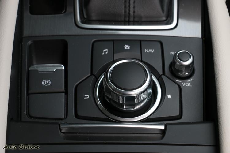 新年式Mazda 6 換上MZD Connect影音系統,操作方式與BMW iDrive有些雷同。
