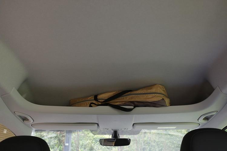 駕駛座頂部開放式儲物空間,比起一般密閉式置物格更方便使用。