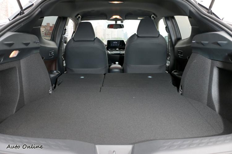 後座椅背有6/4分離傾倒功能,置物空間可以從289L擴充至1083L容積,同級車中達到亮眼成績。