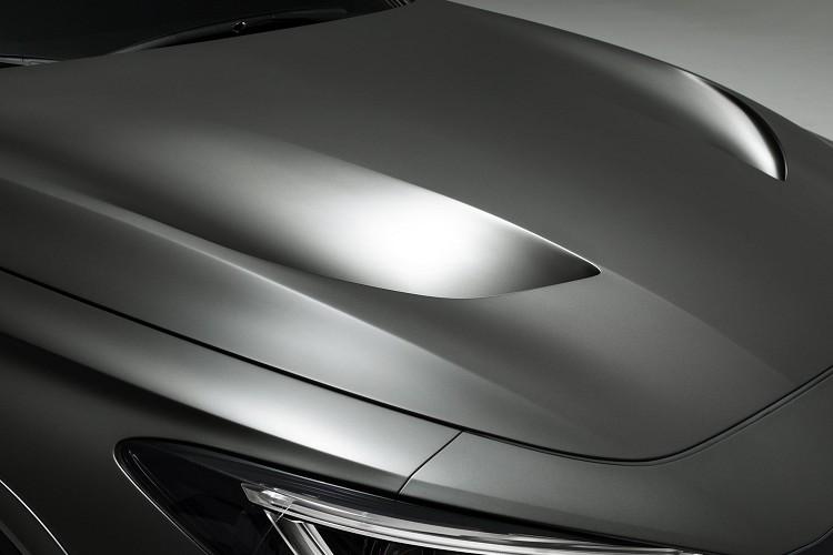 引擎蓋的孔洞有助於快速排出引擎熱能。