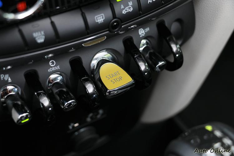 紅色的引擎啟動按鈕,旁邊則是eDRIVE模式按鈕。