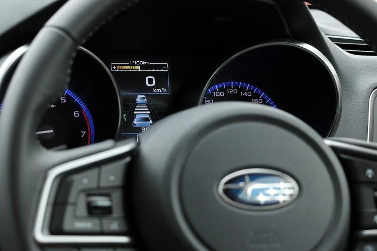 車輛在定速的狀態下能主動調節車速與前車的距離,EyeSight智能駕駛安全輔助系統透過雙鏡頭去判讀前車的距離,而且鏡頭還能分辨顏色知道前方車輛是否有踩煞車。