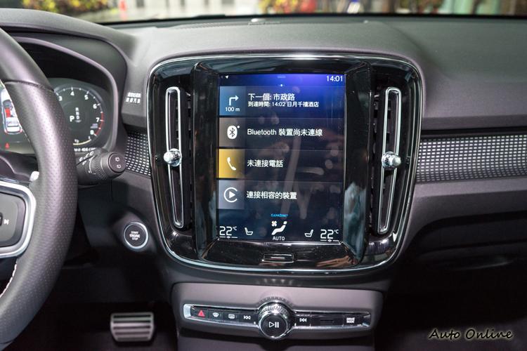 整合影音、導航、手機連結、車上系統調整等功能的九吋觸控螢幕。