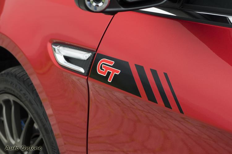 車側加入車貼來彰顯跑格。