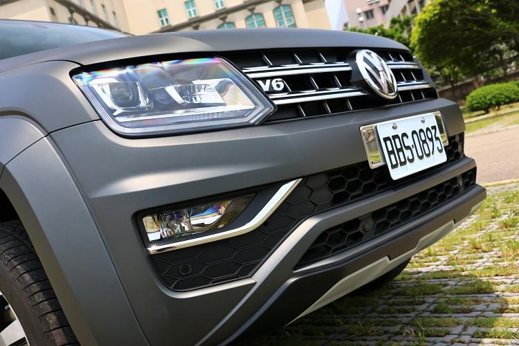 車頭用上了大量鍍鉻材質點綴,結合Aventura專屬消光灰營造出獨到視覺美感。