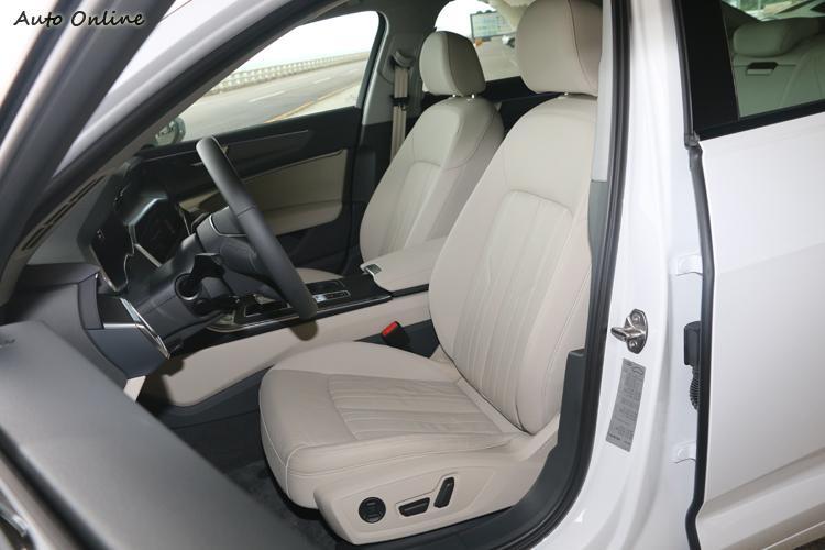 試駕車內座椅採用白色真皮,維護上面需要多花點心思。