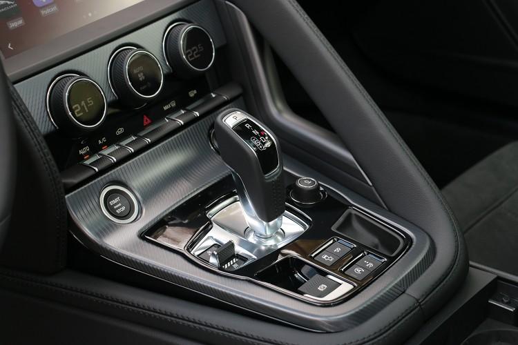 中央鞍座的造型相當機械化,整體偏向駕駛側易於操作。