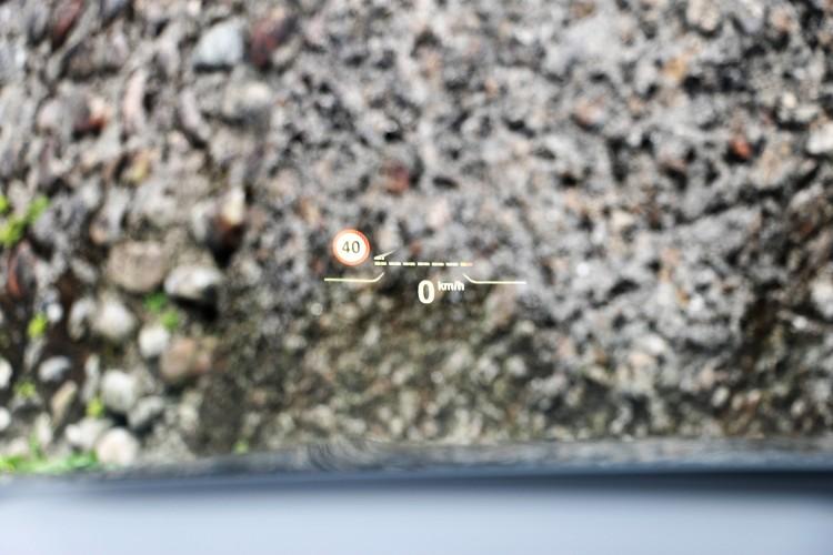 標準配備的全彩車況抬頭顯示器,營造出車內高科技氛圍。