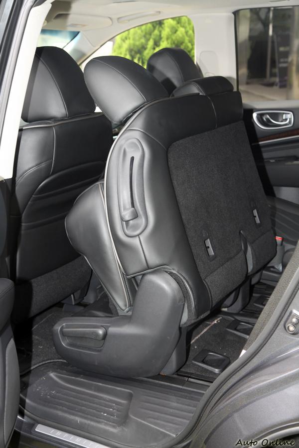 第二排能夠比其他車型挪移更多距離的秘密,就在於椅墊可以翻起。