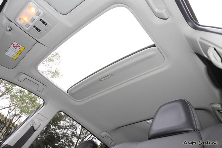 電動天窗自2.5E車型提供選配,2.5G則為標配項目。