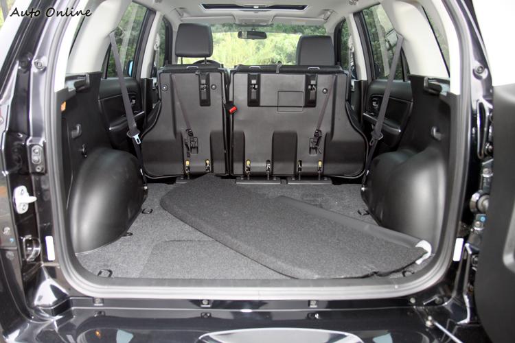 行李廂容積是三車中最大,且空間高度多出許多。