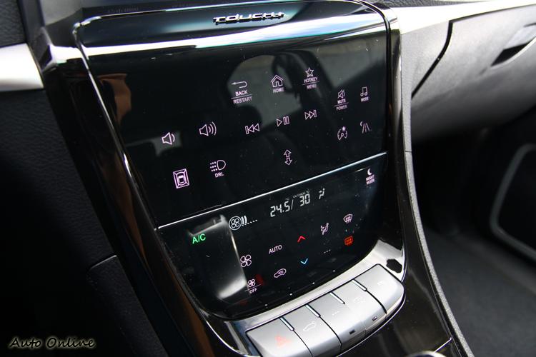 類似手機觸控面板的中控台音響、冷氣控制介面。