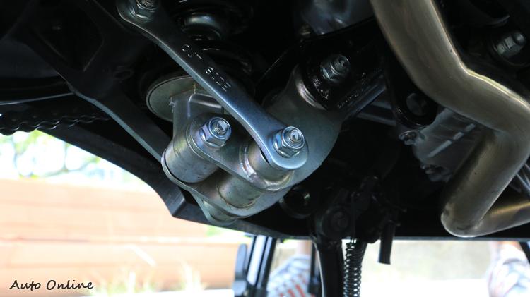 車輛懸吊採多連桿設計,主要以舒適行路性為主,但彎中支撐性仍有一定水準,不會過分軟調。