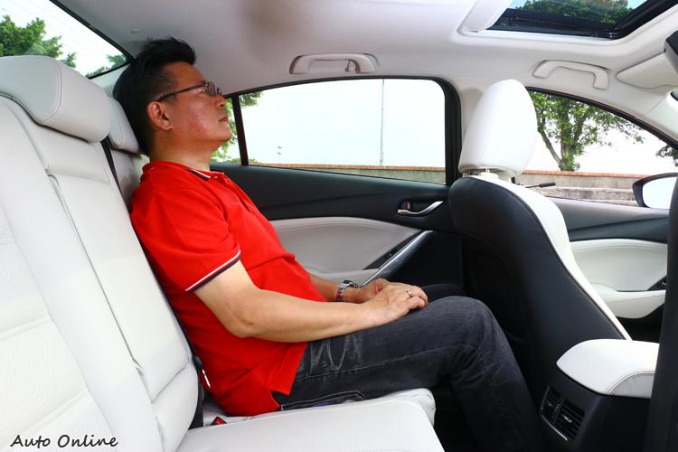 軸距2830mm的Mazda 6,後座腿部空間寬裕,頭部空間會受限車頂造型影響。