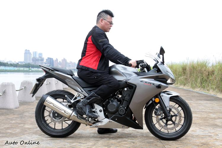 雖有跑車造型,CBR500RR卻是平高把設置,仍可用較直立的坐姿騎乘。只要用腳尖踩踏板,很容易支撐身體重量,雙手可以放輕鬆。