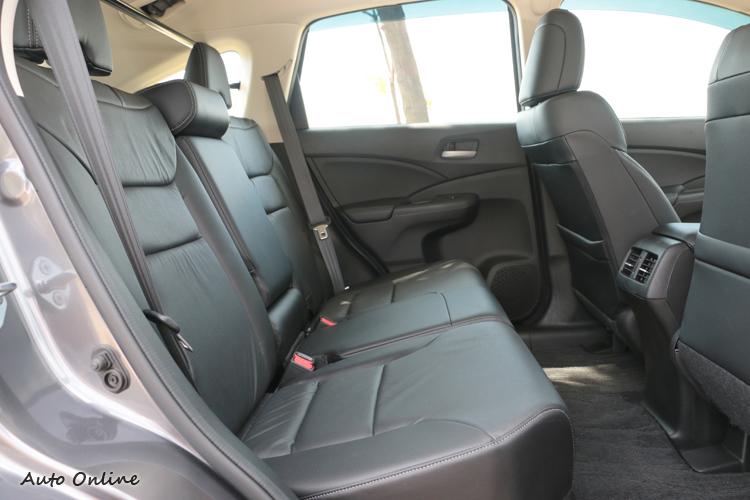 車內空間寬敞,乘坐者沒有壓迫感,後座椅背可做適度角度調整。