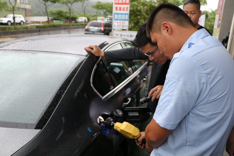 為求公平起見,最後在律師見證下把油箱加滿到同樣的水平面。