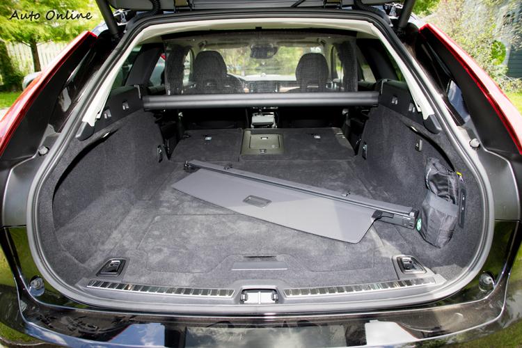行李廂容量為560公升,後座放倒後則達1526公升。