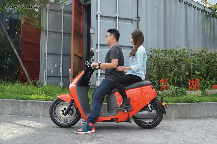 Gogoro 2車長提升至1880mm,雙人乘坐相當輕鬆。