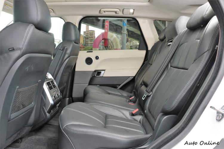 後座的腿部與頭部空間充裕,原廠刻意升高的劇場式座椅設計,車內五個座位都能舒服地享受旅程。