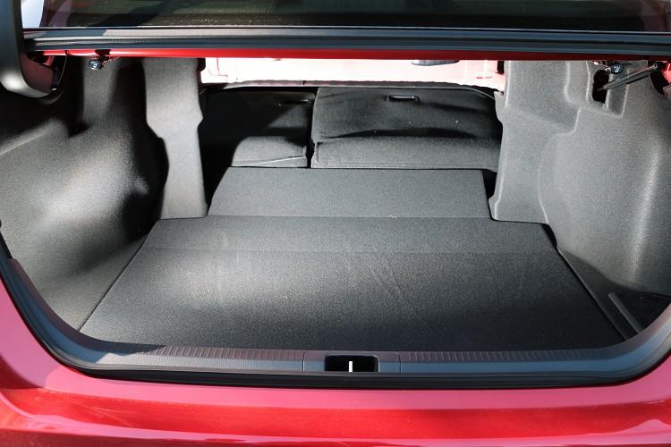 而這一代Hybrid車型將電池位置改到後座底下(上一代在後座椅背與後車廂中間),所以不會佔據到行李廂容積。