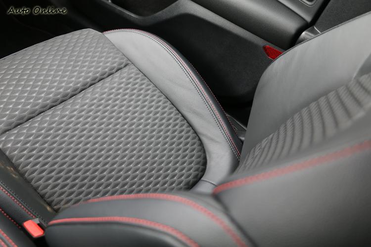 ST-Line專屬的運動跑車化座椅,具備格紋設計與紅色縫線。