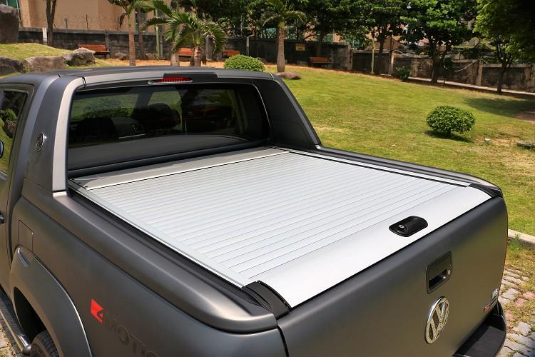 2019年式Aventura標準配備捲簾式車斗蓋,它可以防止擺放於後方的物品失竊或者淋雨,操作簡單且便利。