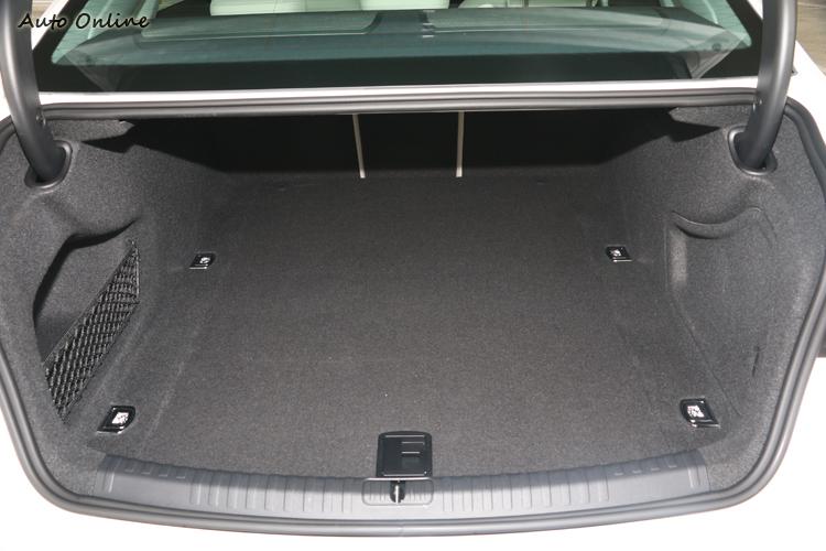 行李廂的空間方正且深,如果要擺放長型物品,可將後座椅背4/2/4分離傾倒。
