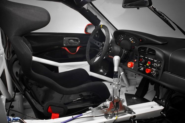 2004年Porsche 911 GT3 RSR,輕量仍是第一考量,方向盤還沒準備進入電子化時代。