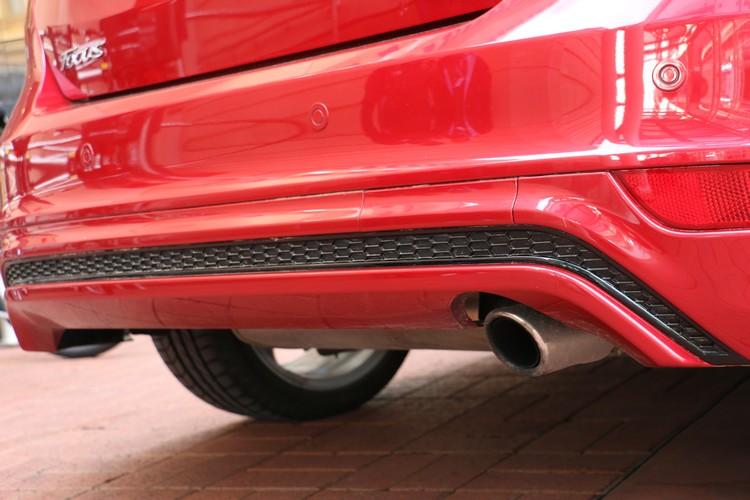 黑色網狀搭配分離擾流板的後保桿下緣,是歐系車近年常見的風格。