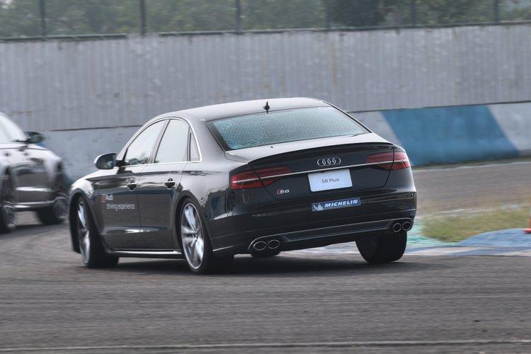 就算是S8 Plus這種豪華房車在賽車場上也可以緊咬著其他跑車。