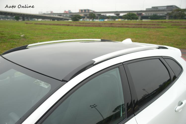 全景玻璃車頂具電動調整遮陽幕。