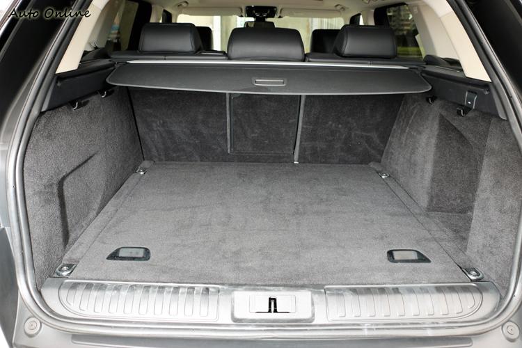 巨大車身讓行李廂擁有方正且深的置物空間,第二排未傾倒下擁有784公升容積。