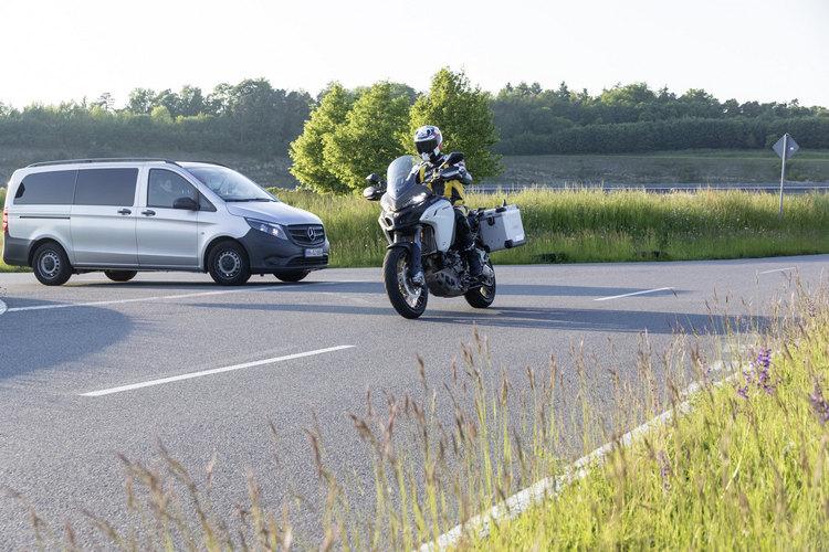 透過聯網技術,摩托車騎士能夠預先得知路口即將遇到其他汽車疾駛而來,而能預先採取預防措施。