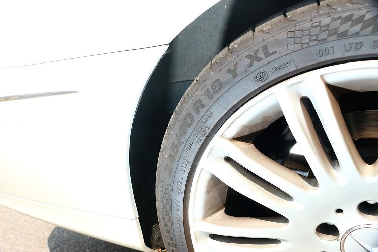 四輪驅動版本沒有做前後配,輪胎尺寸為245/40R18。