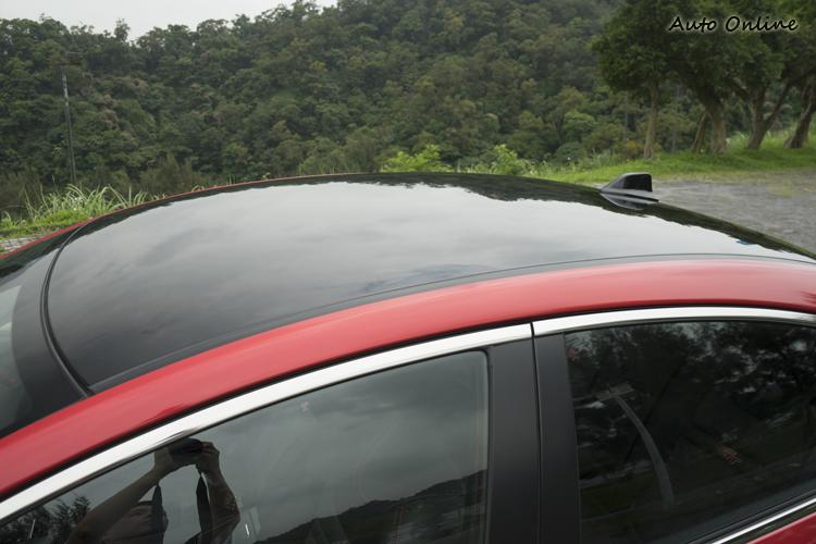 給人懸浮視覺感的黑色車頂。