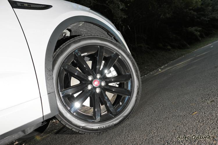 試駕車另外選配了20吋亮黑烤漆鋁圈,運動感瞬間大大提升。