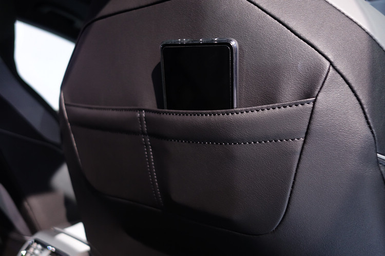 車內可見不少設計巧思,座椅後方除了地圖袋,上方還增加兩組收納袋。