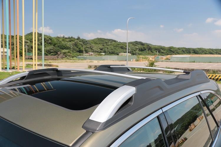 車頂多功能活動式行李架,不僅可增添戶外感,更能大大提升行李廂空間,隨時可固定物品於車頂,擴充整體載物機能。