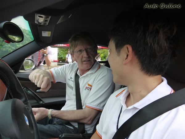 全程教官會坐在駕駛座給你適時的指導,英文不好也沒關係,因為Alan相當喜歡說中文!