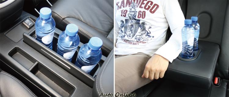 CR-V的前杯座能夠容納3瓶礦泉水,後面扶手夠寬,使用中還可同時提供兩人手臂休息。