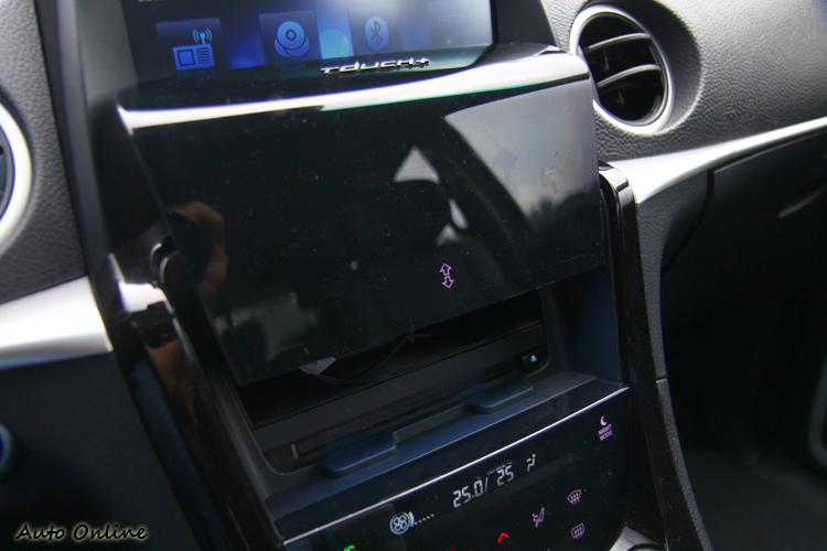 按下中控台上按鈕,滑蓋式面板會開啟,裡面有手機置物空間。