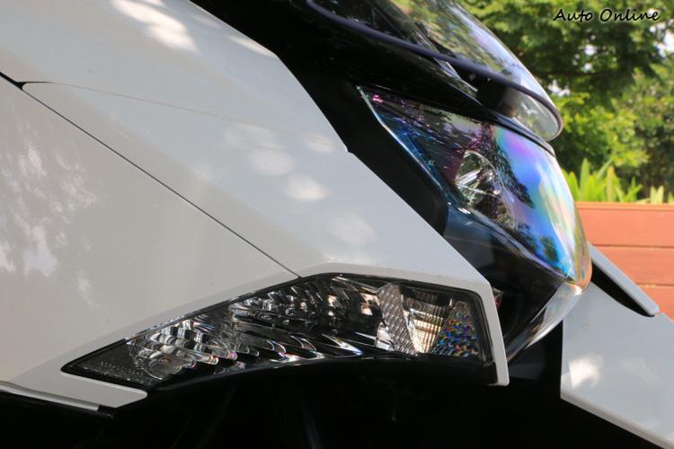 頭燈兩處的定位燈由於兼具方向燈的功能,因此按規定只能使用黃光!