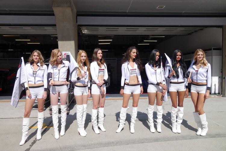 照片中是上海賽道Audi R8 LMS Cup同場舉辦之Porsche Carrera Cup比賽時的Racing Girl,或許和這次台灣比賽的Cup不一樣,但都是為了炒熱氣氛。