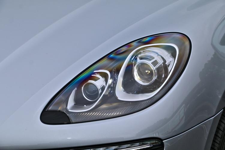 標準配備包括這組原選配價格10.92萬的雙氙氣頭燈含保時捷主動式轉向照明系統。