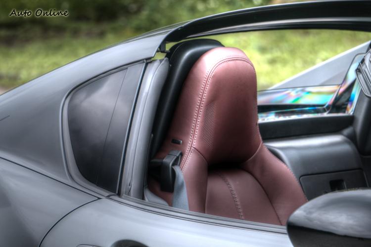 兩側的三角窗的裝飾效果大於實用,不過車內視野相當良好。