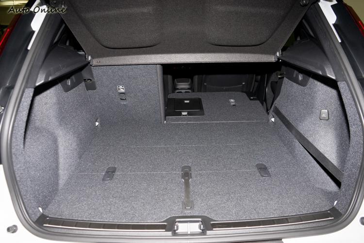 432公升行李廂空間在同級中小弱不過空間方正地板平整。