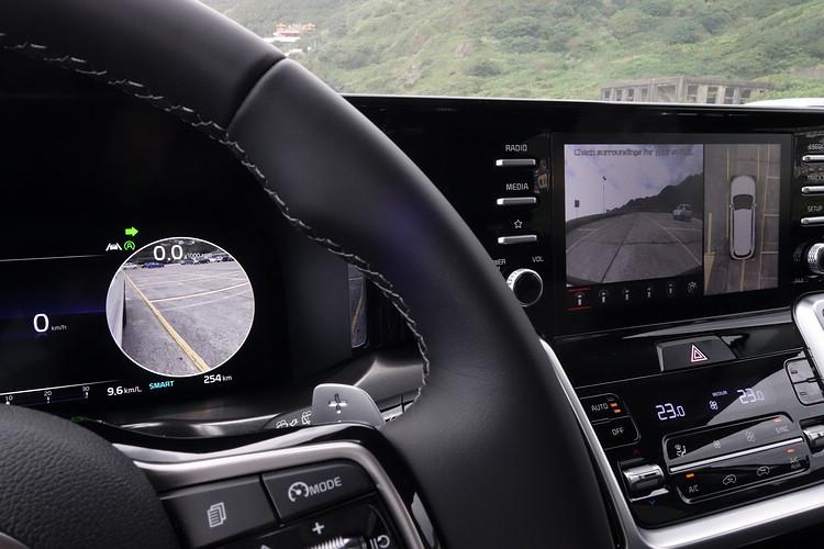 數位儀錶系統最大的優勢就在於能夠提供豐富的顯示資訊,譬如Sorento將車側後視影像直接呈現在儀錶上,而不是傳統的中央螢幕。