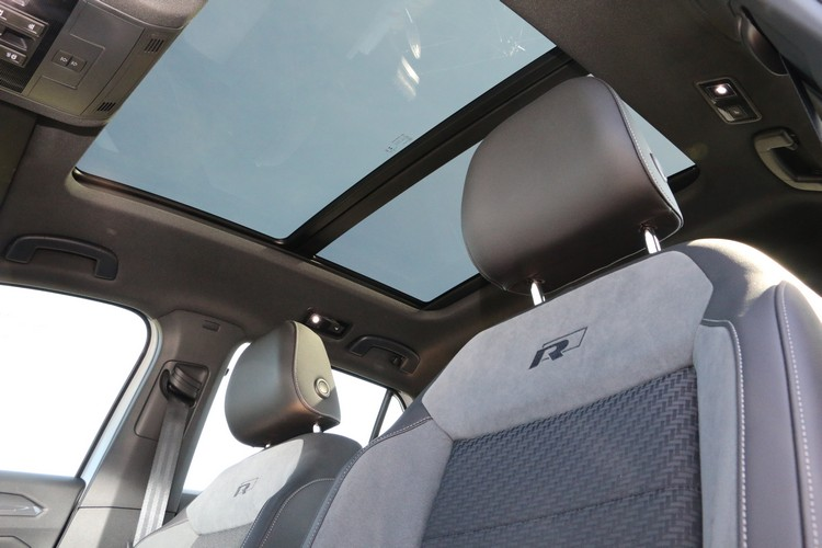 330 TSI車款配備全景電動天窗,以及R-Line類麂皮運動座椅。